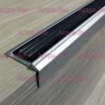 Профиль для ступени SM 46 со вставками против скольжения из алюминия